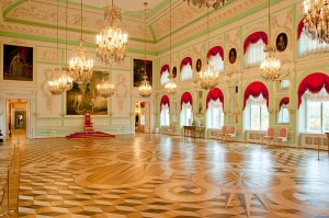 throne-room-at-the-grand-palace-in-peterhof